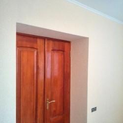 Поклейка обоев на стены в комнате