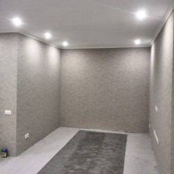 Поклейка обоев в коридоре