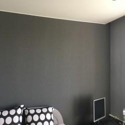 Поклейка черных обоев на стены