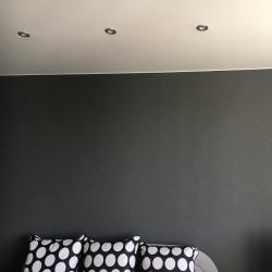 Темные обои на стене